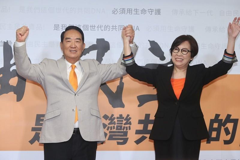 宋楚瑜(左)13日宣布投入2020總統選舉,副手為聯廣傳播集團董事長余湘(右)。中央社
