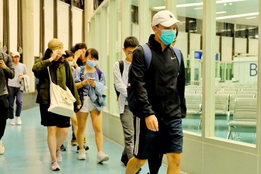 在香港的台北經濟文化辦事處協助下,香港中文大學71名台灣學生在14日凌晨抵台。