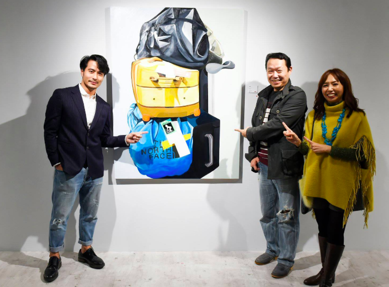 """""""Kuo Yen-fu shows off a work from his """"Return Home"""" series. (Yuan Ru Gallery photo)"""