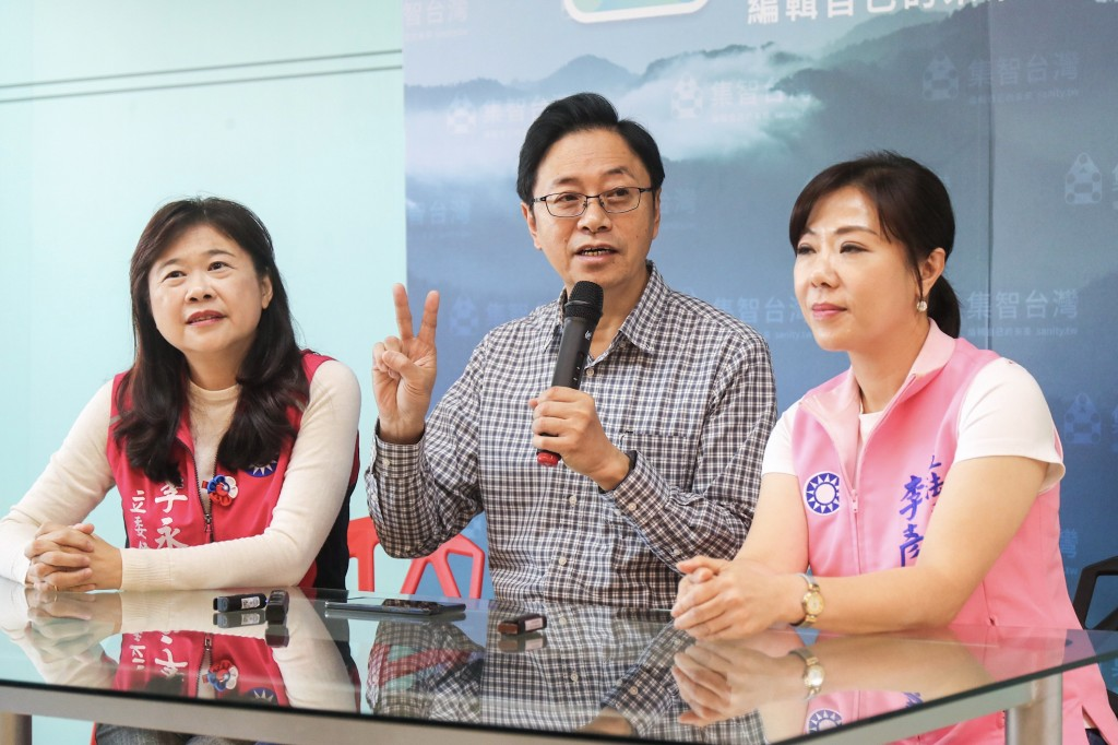 KMT vice-presidential candidate Simon Chang (center).