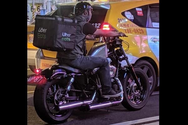 Uber Eats driver rides Harley-Davidson (Gizmo Guy photo)