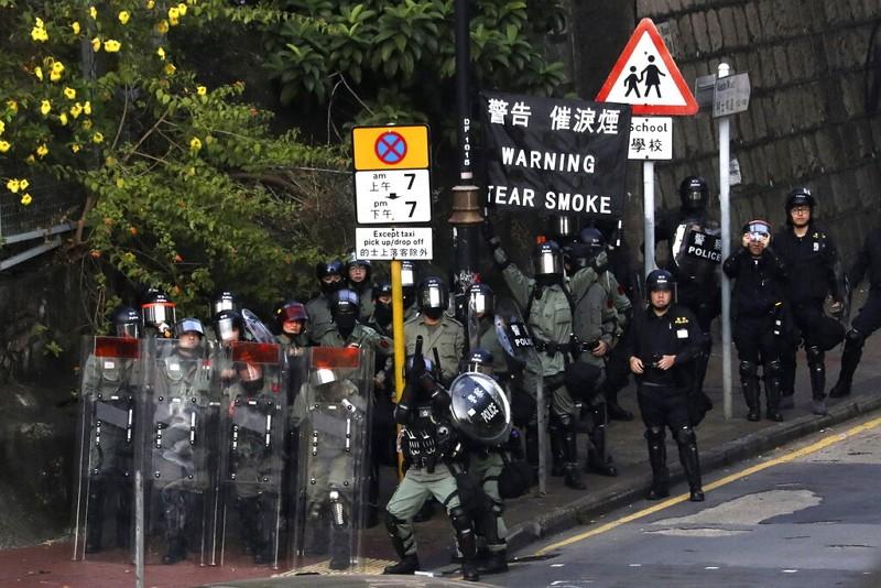 香港鎮暴警察在香港理工大學校園與示威者對峙(圖/AP)