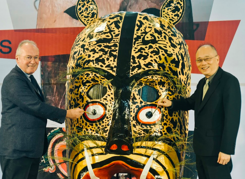 Yves Le Fur from Quai Branly Museum (left), NPM Director Wu Mi-cha. (NPM photo)