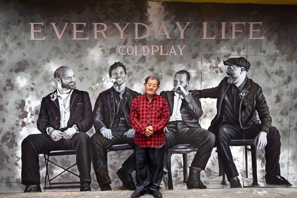 Yan Jhen-fa created Coldplay mural in Ximending. (Warner Music photo)