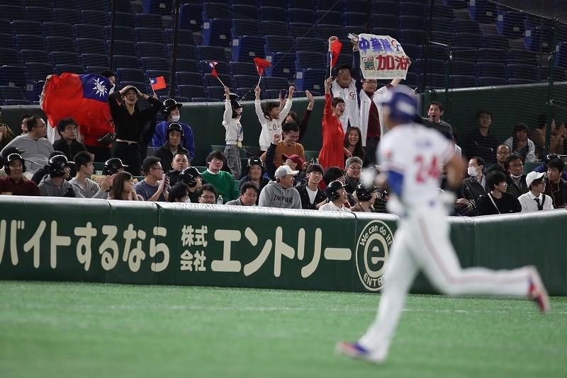 16日在東京巨蛋中華隊對上澳洲隊,在林哲瑄(前)3分彈助威下,以5比1擊敗澳洲,現場球迷嗨翻。中央社