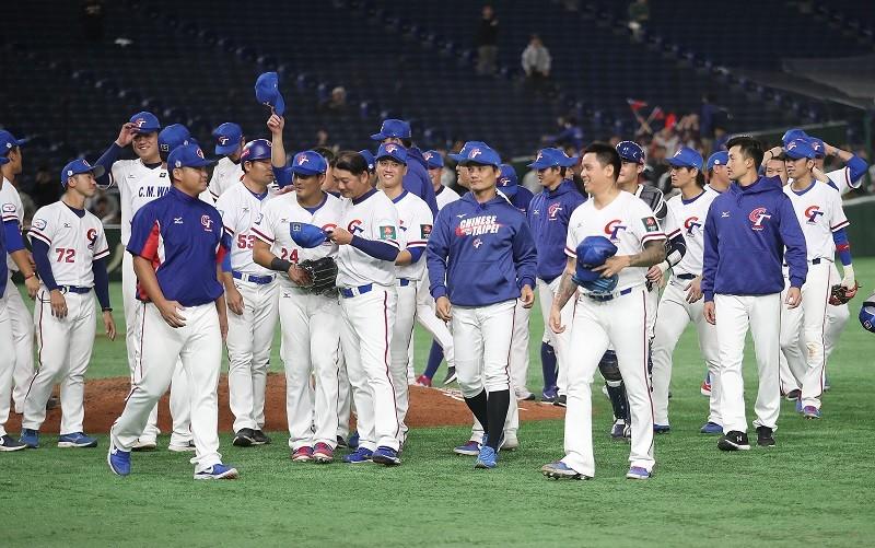 中華隊16日擊敗澳洲隊後,全體選手向球迷致意。中央社