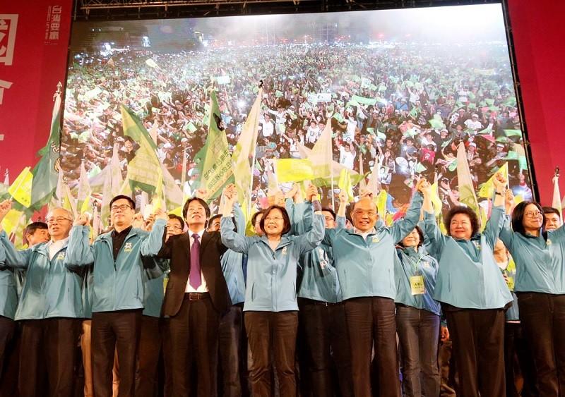 蔡總統(前中)高市競選總部16日成立,前行政院長賴清德(前左3)等人同台造勢 。中央社