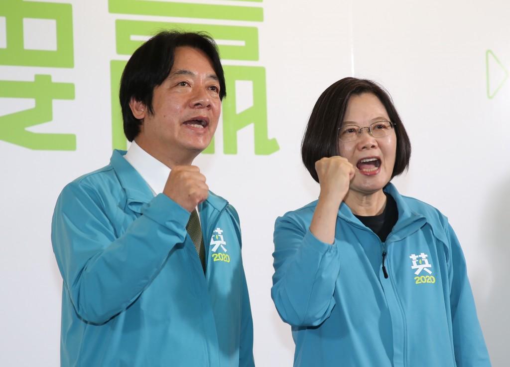 總統蔡英文(右)17日宣布,副手為前行政院長賴清德(左),兩人也呼口號,展現團結氣勢。