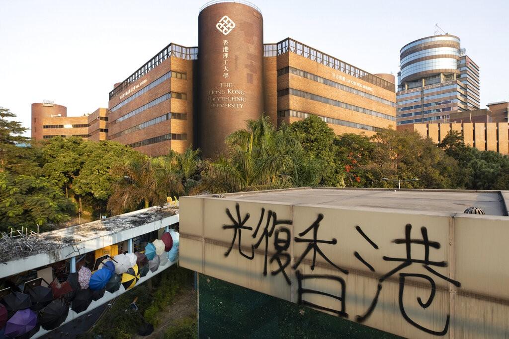 香港理工大學17日起遭警方封鎖校園,上百名示威者受困其中(照片來源:AP)