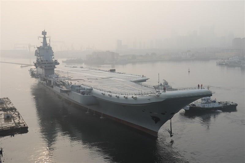 圖為2018年5月13日中國首艘自製航空母艦「002」, 第一次出海試驗。(中央社檔案照片)