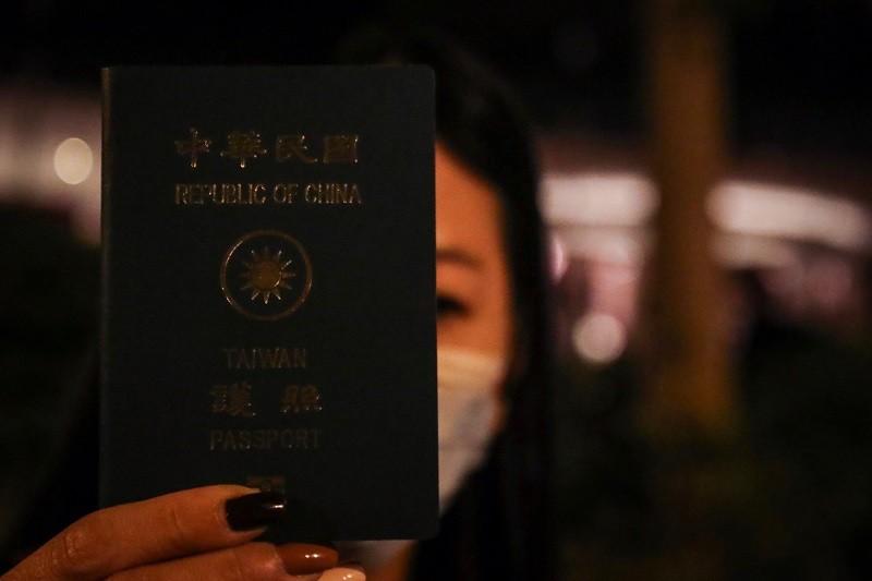 戴姓女生家長19日表示,已請陸委會駐港辦事處協助,並出示護照。中央社