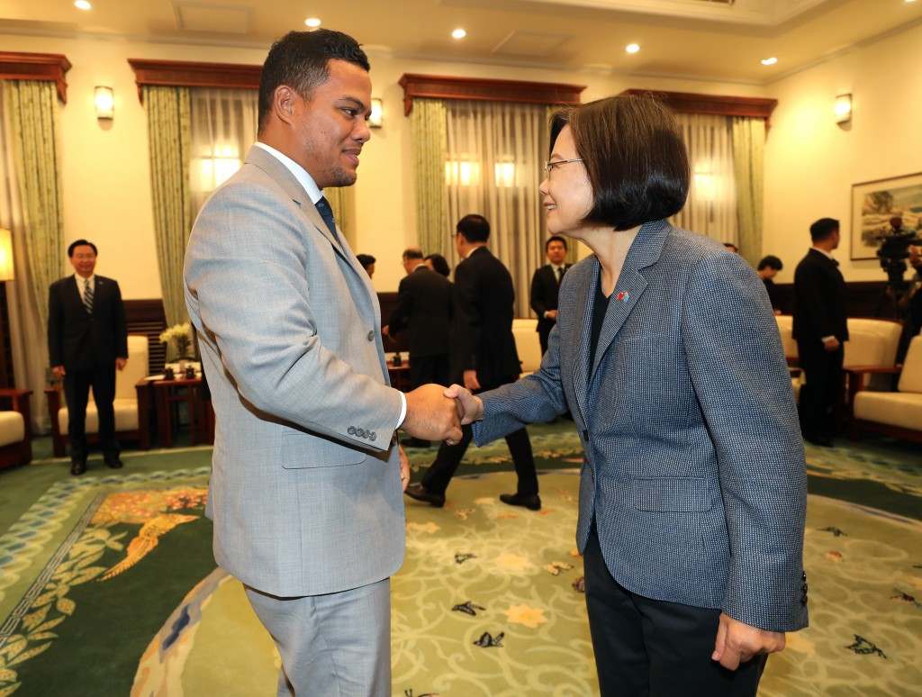 Tuvalu Foreign Minister Simon Kofe (left) visits President Tsai Wednesday Nov. 20.