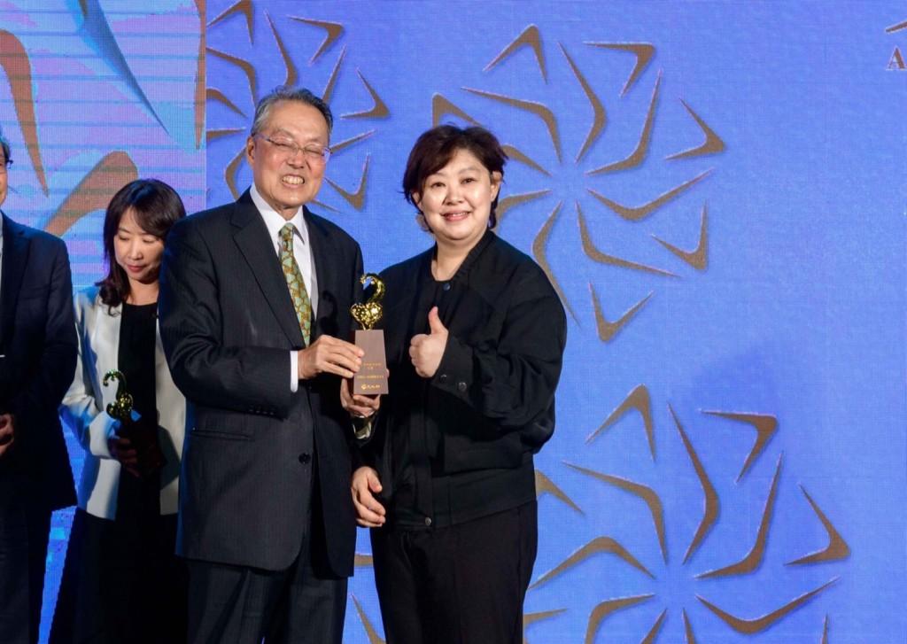 圖為前國家文化藝術基金會董事長施振榮(左)頒獎予富邦藝術基金會總幹事熊傳慧(右)。(圖片由富邦金控提供)