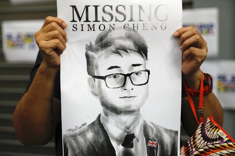 支持者8月在英國駐港總領事館前舉鄭文傑海報抗議(AP)