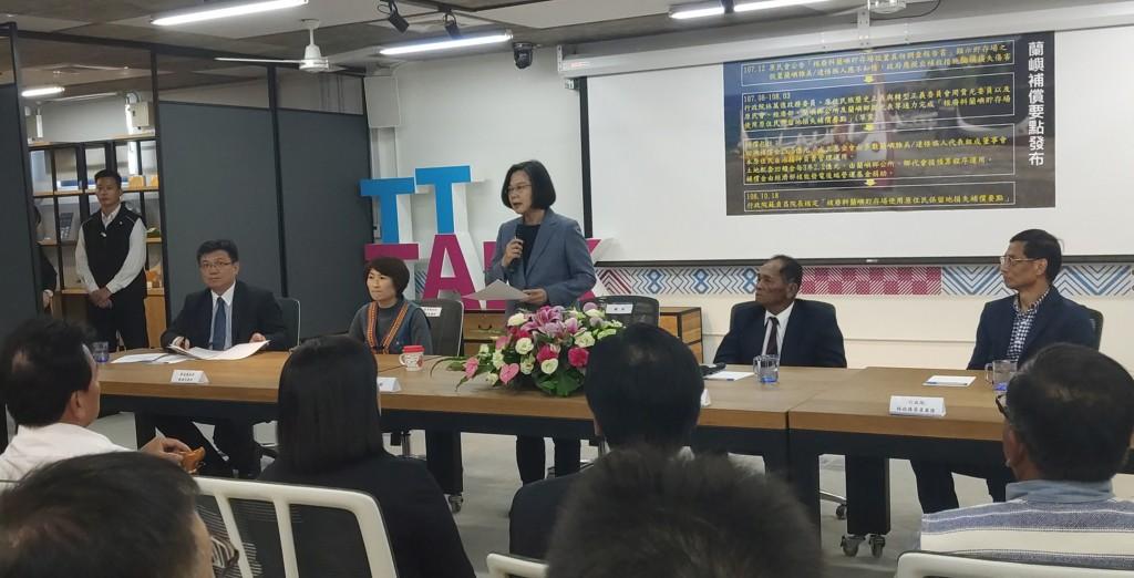 Tsai Ing-wen (Center) attends an event in Taitung on Nov. 22.