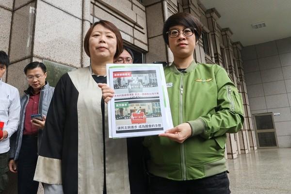 DPP spokeswoman Lee Yen-jong files lawsuit against moderators of campaign video. (CNA photo)