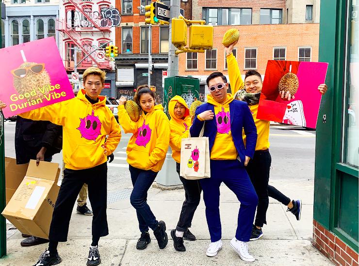 台灣藝術家余政達(右2)創作於紐約時代廣場電視牆上放映(圖/文化部)