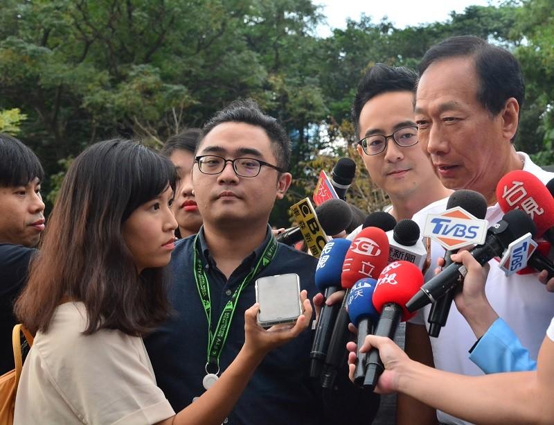 圖為郭台銘(右)23日接受媒體訪問 (中央社)