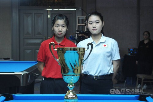 Taiwanese pool player Lu Yi-hsuan (left)