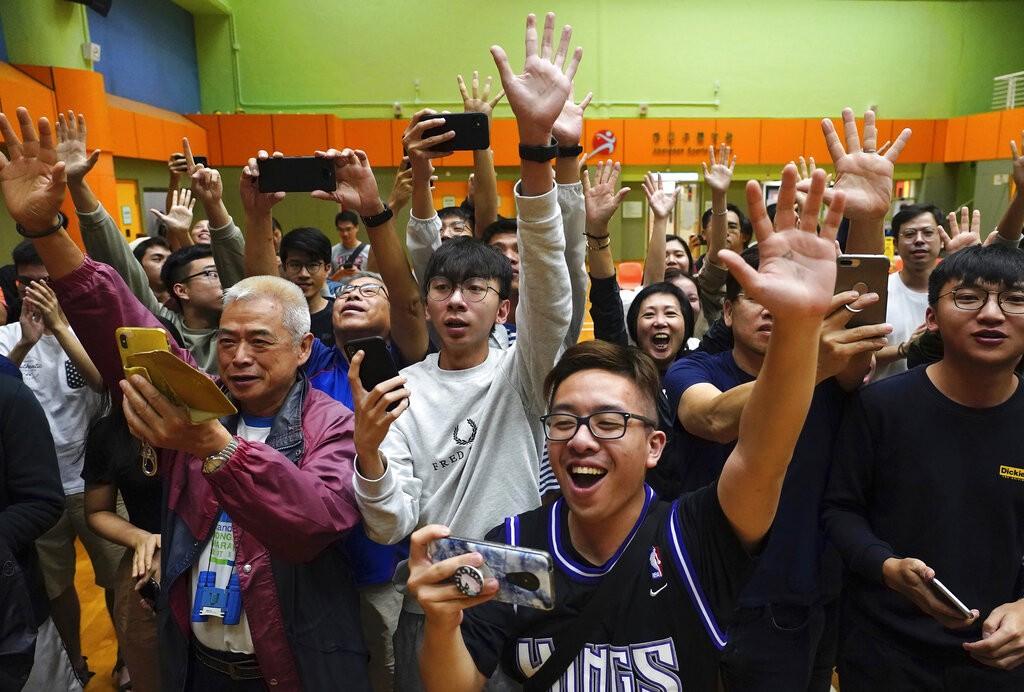 香港泛民主派在區議會選舉中大勝,許多支持者在開票站現場歡呼。(圖/美聯社)