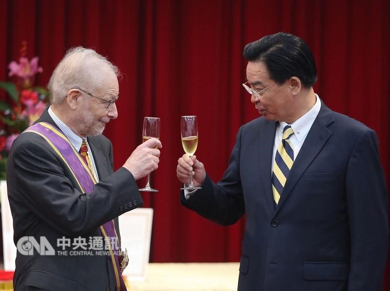 外交部長吳釗燮(右)107年11月16日曾頒發「大綬景星勳章」給家博(左),兩人並舉香檳慶祝。中央社