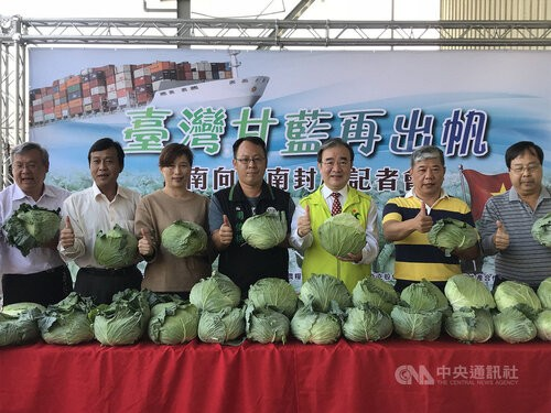 Agriculture and Food Agency Director-General Hu Jong-i (胡忠一, third right) at a cabbage promotion event.