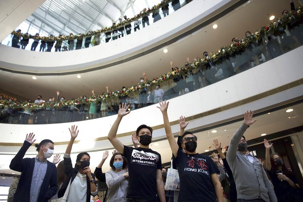 香港示威者持續以快閃活動及集會表達「五大訴求,缺一不可」(照片來源:美聯社提供)