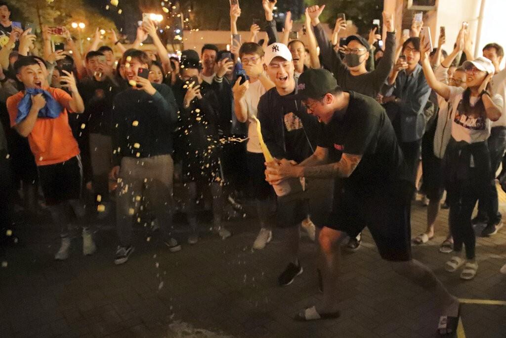 香港泛民主派在區議會選舉中大勝,民眾慶賀。(圖片來源:美聯社)