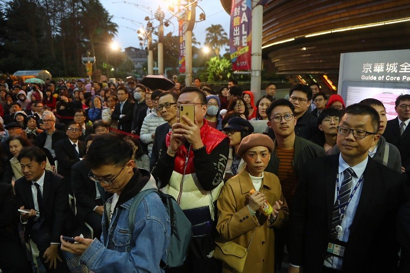 28日晚間熄燈儀式,不少民眾把握機會,到場見證京華城的最後風光。中央社