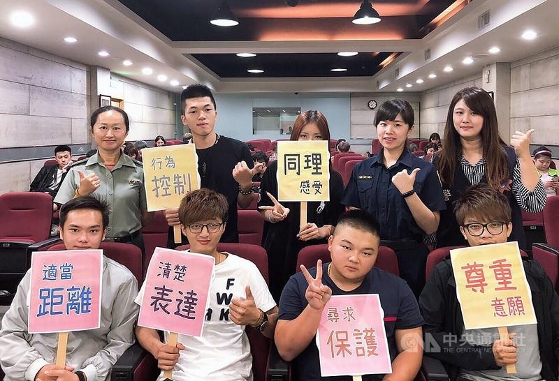 圖為台北市警察局婦幼警察, 今年10月巡迴校園, 宣導性別平等與6點自我保護守則。中央社檔案照片