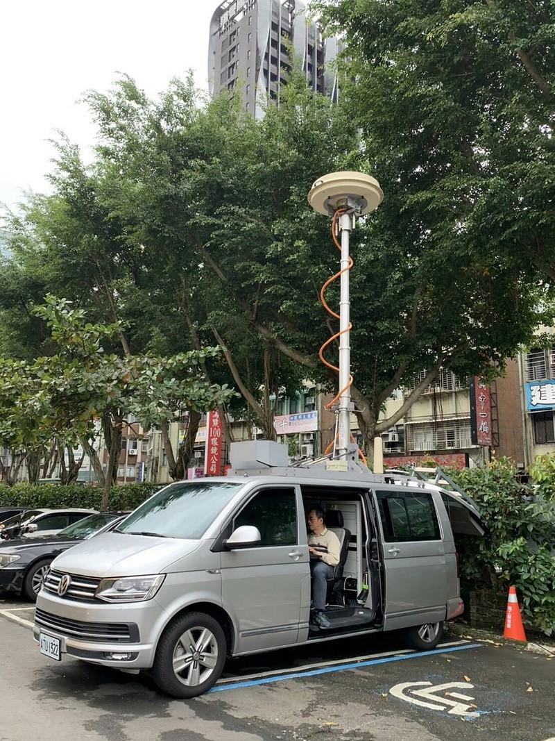 國家通訊傳播委員會NCC, 協助出動電波定向監測車,防止考生舞弊。中央社