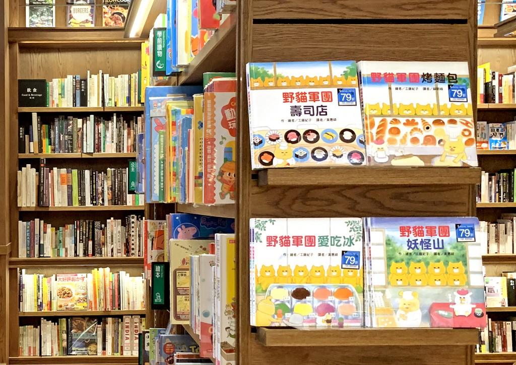 透過市場調查於松山店陳設童書,滿足假日家庭客戶的需求。