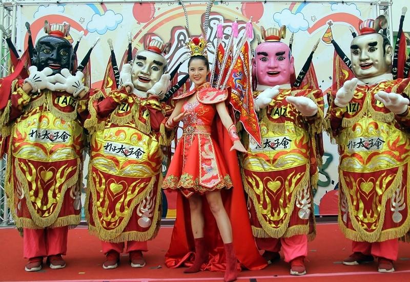Miss Taiwan Chiu Yi-shu (center)