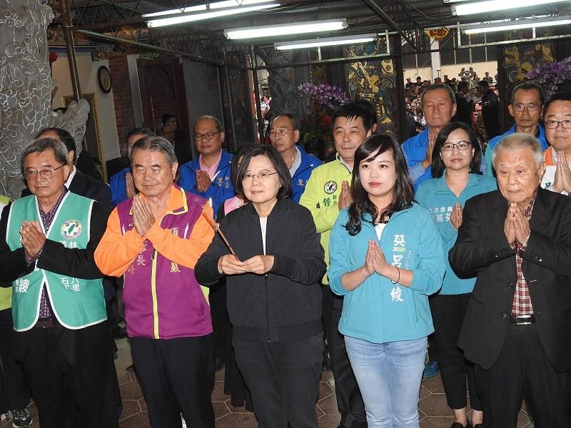 President Tsai Ing-wen (center, front row)