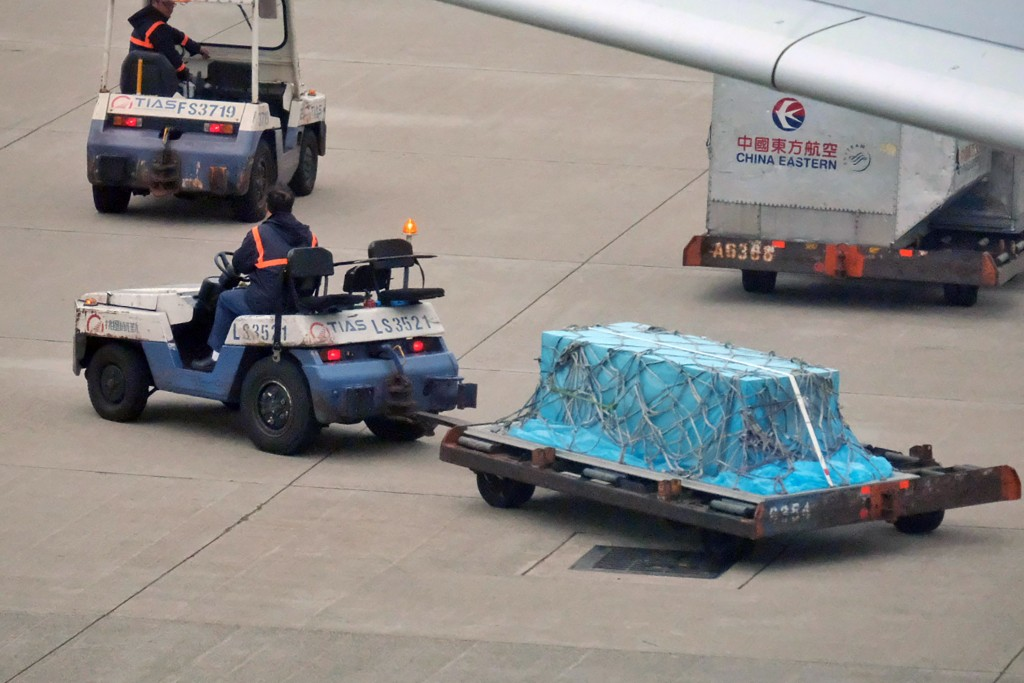 Gao's casket arrives at Taiwan Taoyuan International Airport.