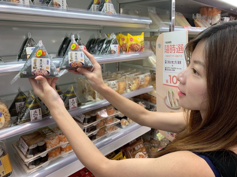 Woman holding rice balls. (Photo from 7-Eleven)