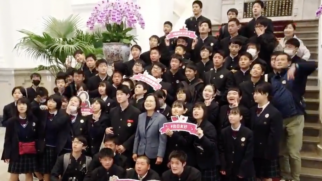 President Tsai Ing-wen takes group photos with Japanese students. (Screen capture from Twitter clip)