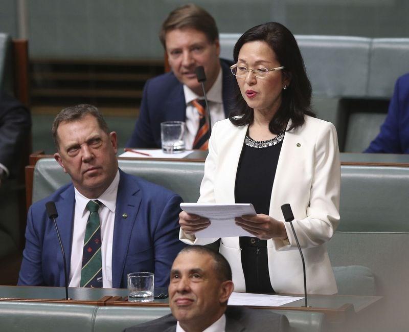 澳洲聯邦眾議員廖嬋娥(站立者)被當地媒體指曾協助一家中共扶植的企業競標電動公車合約,引發爭議。 (檔案照片/美聯社)