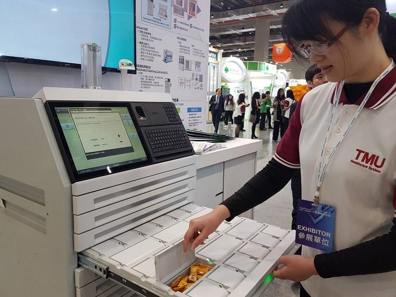 台北醫學大學附設醫院展出智能藥物調劑系統,提升病人用藥安全與提高藥品配送效率。中央社