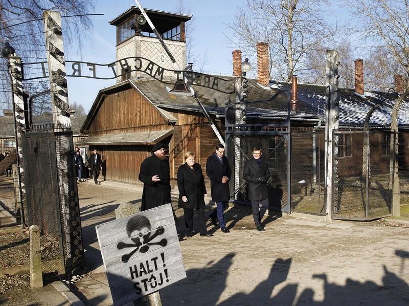 梅克爾訪集中營(AP)