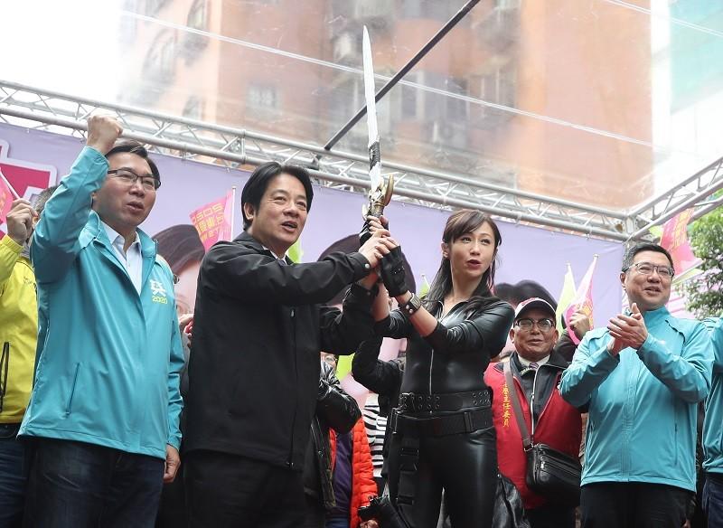 民進黨副總統參選人賴清德(左2)送上一把劍給立委參選人許淑華(右2)。右1為黨主席卓榮泰。中央社