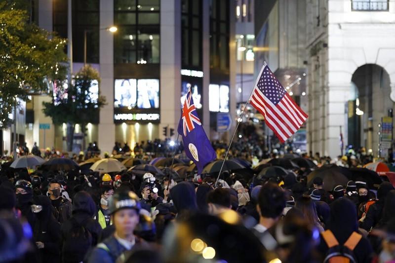 圖為香港8日晚間示威情形 (美聯社)