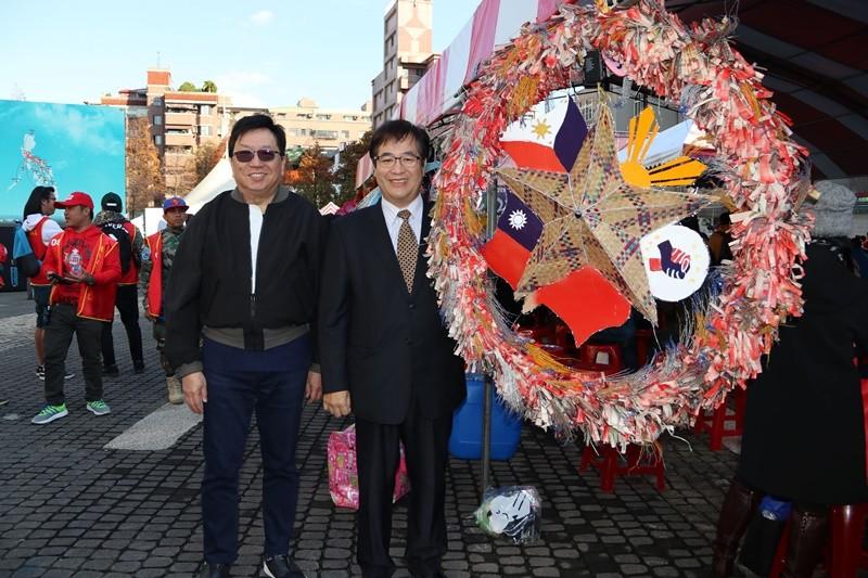 桃園副市長游建華與馬尼拉經濟文化辦事處代表班納友一同欣賞菲律賓朋友的創意聖誕節裝飾。(照片來源:桃園市政府)