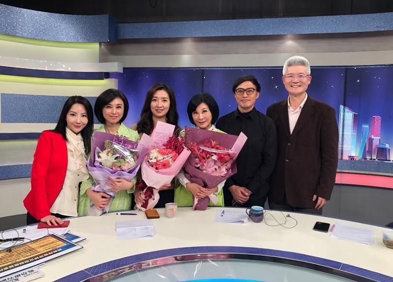 三位主持人賴芳玉(左2起)、鄧惠文、吳淡如離情依依 (圖/賴芳玉臉書)
