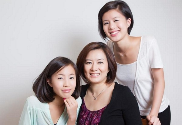 Stefani Kuo (right) with mother and sister.