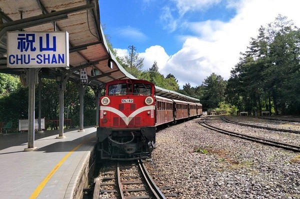 10 Alishan trains to transport visitors to New Year sunrise.