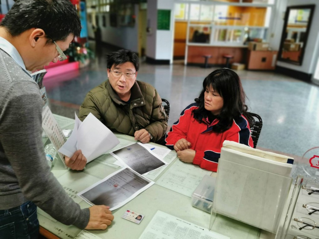 Immigration official Peter Chen (center) helping sister of man left in Spain obtain documents. (Image courtesy of Peter Chen)