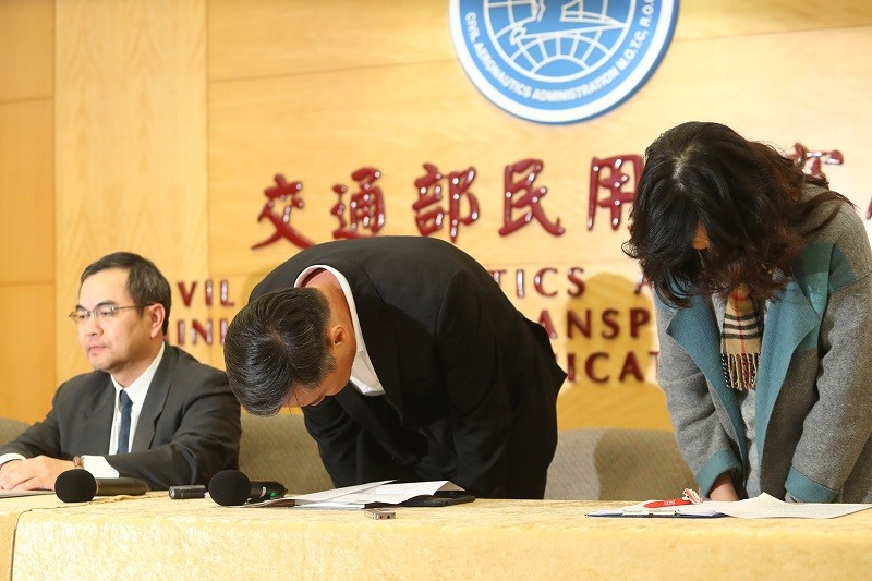 民航局12日下午召開記者會,遠東航空副總黃育祺(中)、發言人盧紀融(右)鞠躬致歉。中央社