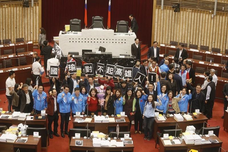 綠營議員舉牌抗議韓國瑜市長落跑 (中央社)