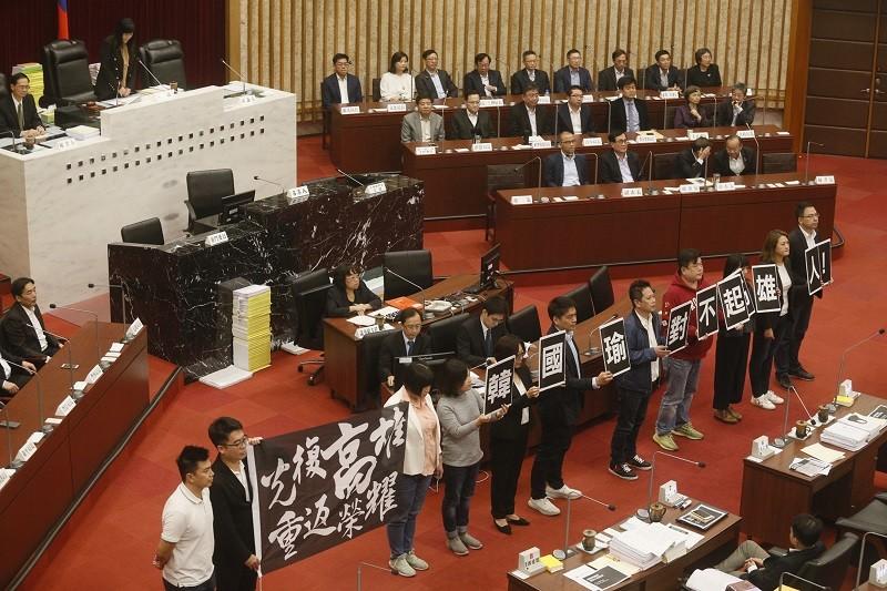 綠營議員舉牌表示要光復高雄市 (中央社)
